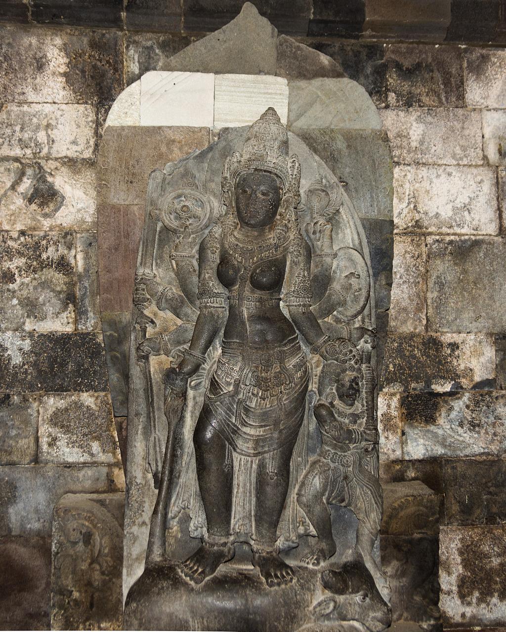 Rzeźby wewnątrz świątyni
