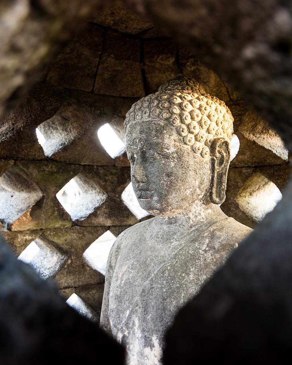 Posąg Buddy wewnątrz stupy