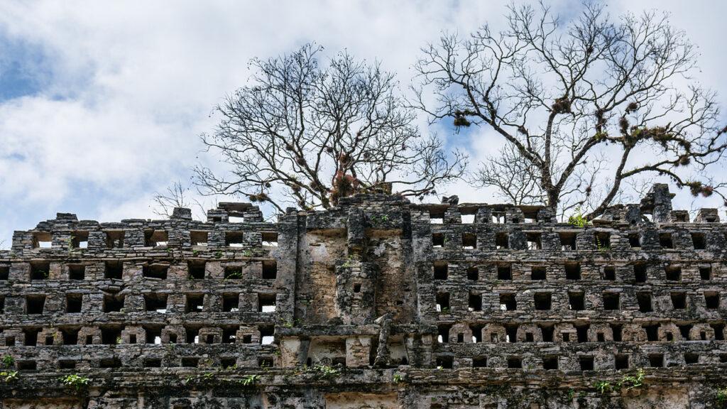 Yaxchilan Struktura 33, ozdobny grzebień świątyni z rzeźbą władcy