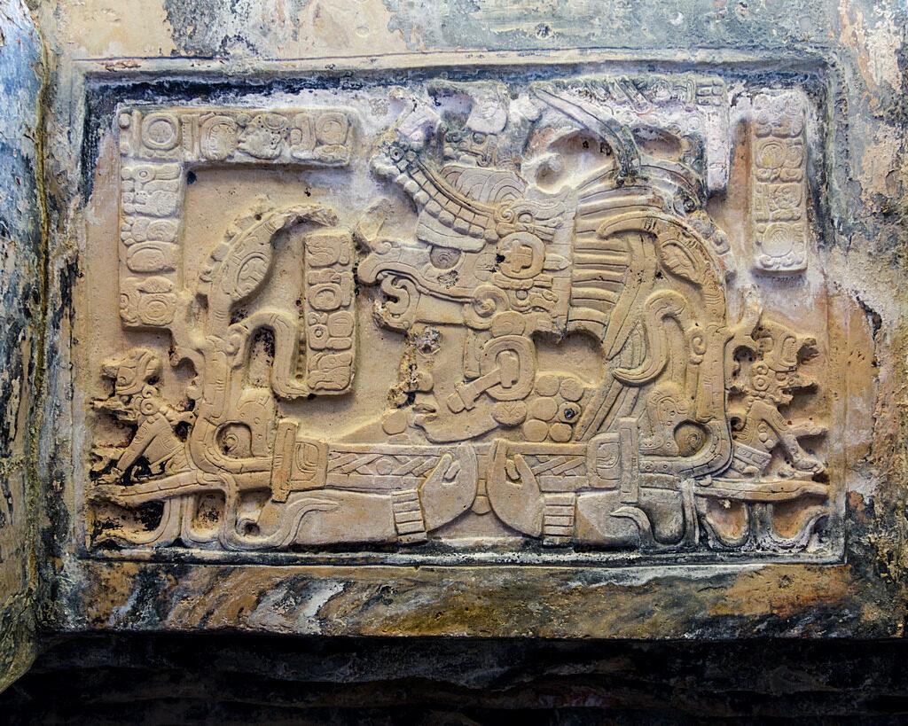 Nadproże przedstawiające władcę Yajaw Chan Muwaan I z laską ceremonialną