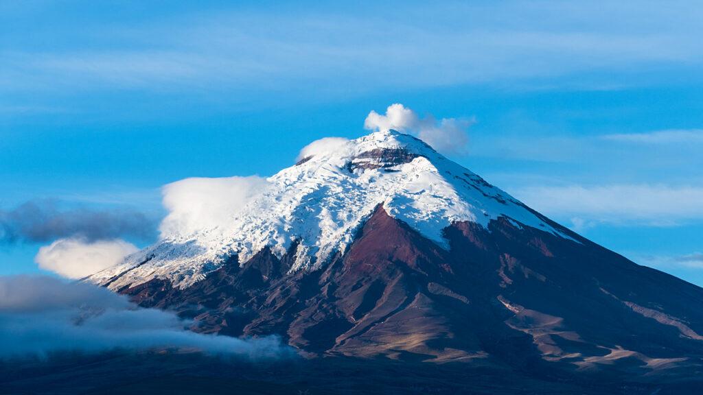 Wulkan Cotopaxi w pierwszych promieniach słońca
