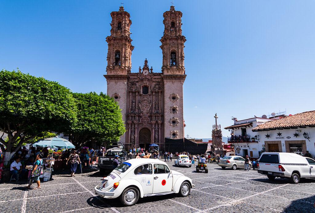 Główny rynek w Taxco z kościołem Santa Prisca