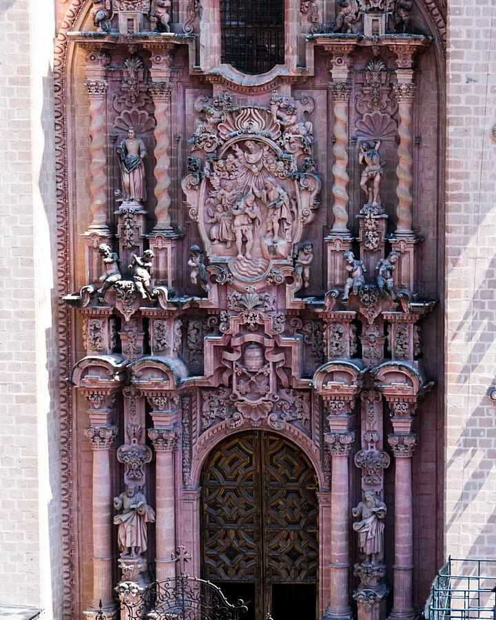 Barokowe zdobienia z różowego marmuru  kościoła Santa Prisca
