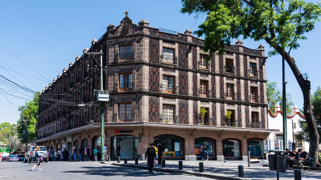 Zabytkowy budynek przy Plaza Hidalgo